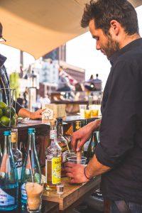 Barkeeper der Sommerbar auf dem Dach des Dockx Freizeitparks